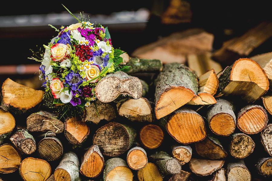 Brautstrauss Auf Holz Bei Der Landhochzeit Im Munsterland