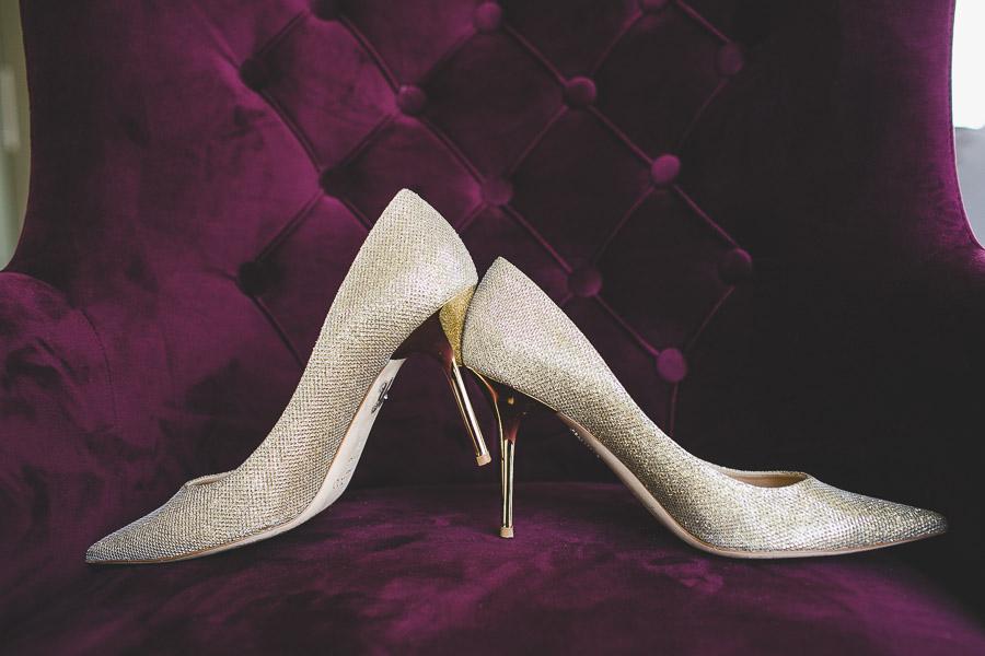 Vielleicht die schönsten Hochzeitsschuhe für die Braut sind die der Marke Jimmy Choo Auf dem Bild auf einem edlen Sessel in lila