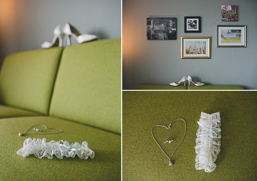 Collage mit Accessoires in Form von Brautschuhen Strumpfband Brautschmuck auf grünem Sofa