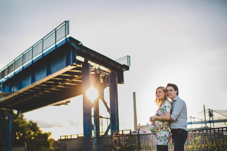 Babybauch-Shooting Industrie Hafen Düsseldorf Brücke wird hochgefahren