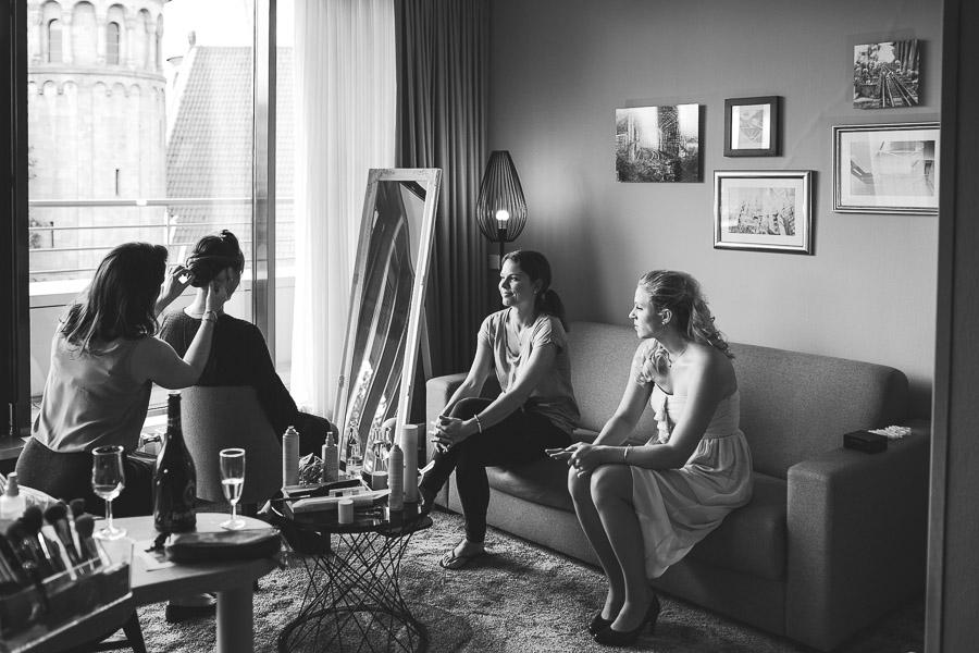 Braut mit Mädels beim Haare machen im Hotel