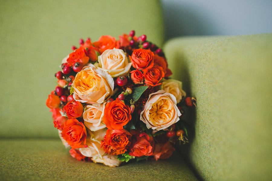 Herbstlicher Brautstrauß auf grünem Sofa