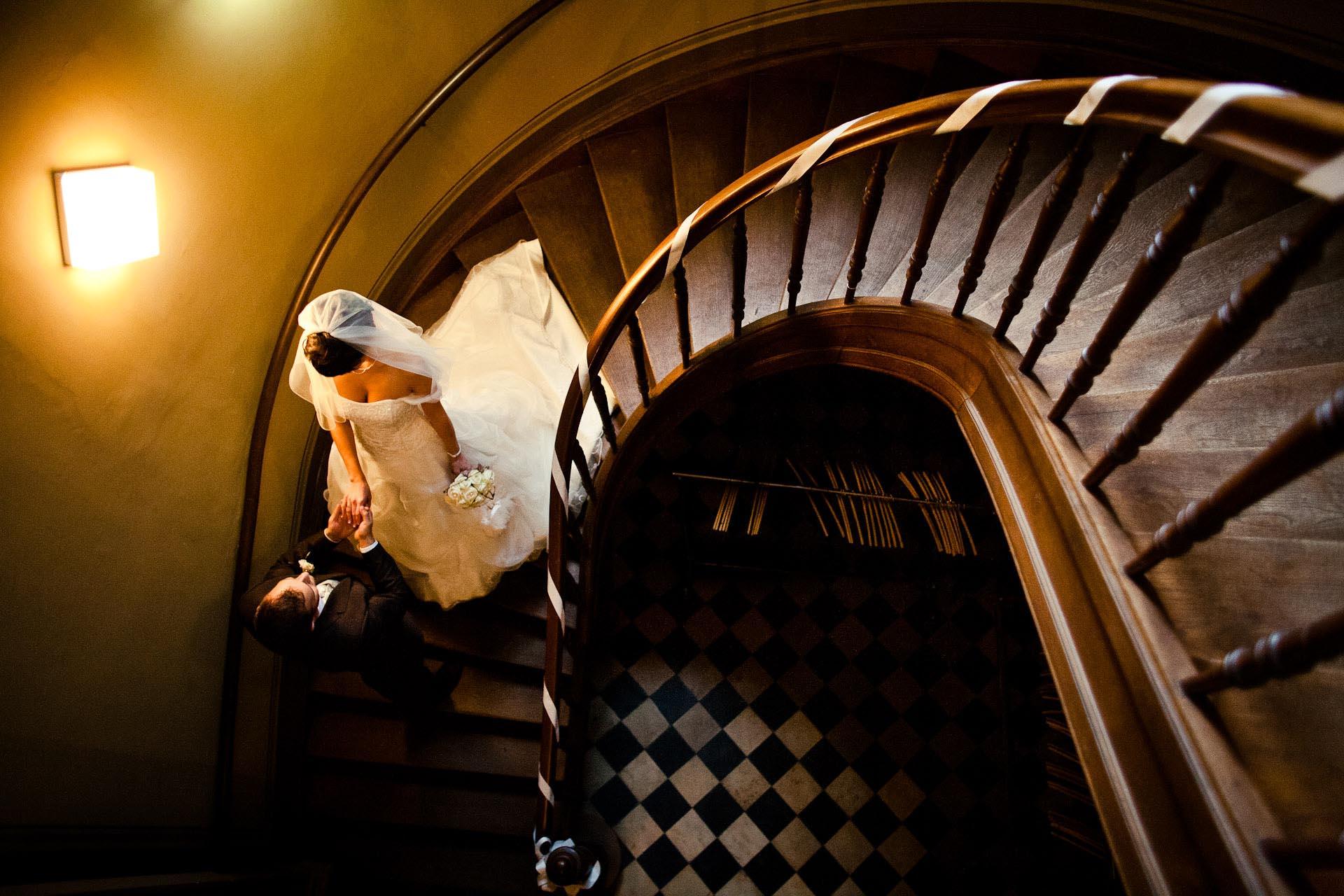 Hochzeitsfotograf Frankfurt hat Brautpaar im Treppenhaus Standesamt fotografiert