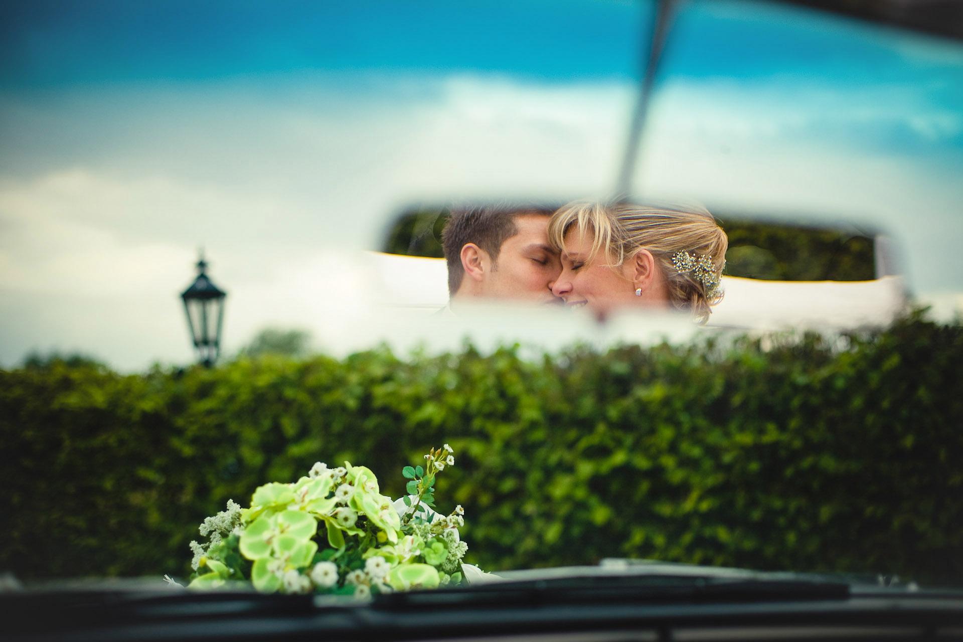 Kreative Hochzeitsfotos Brautpaar im Rückspiegel