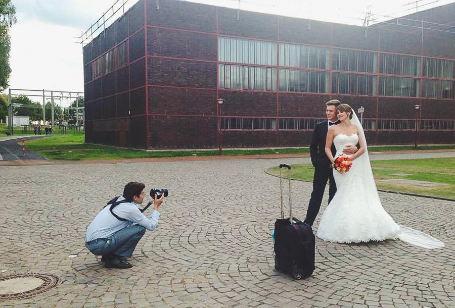 Fotograf Vladi macht Bilder von einem Brautpaar von der Froschperspektive.