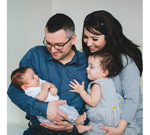 Familienfoto zu viert in grauen erdigen Tönen