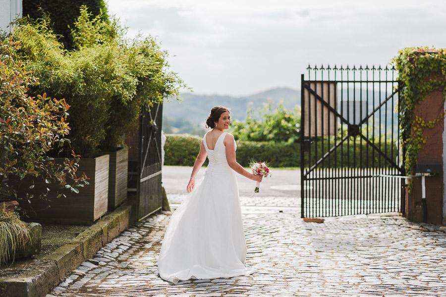 Braut vor dem Tor vom Kuhstall im Hofgut Hohenstein