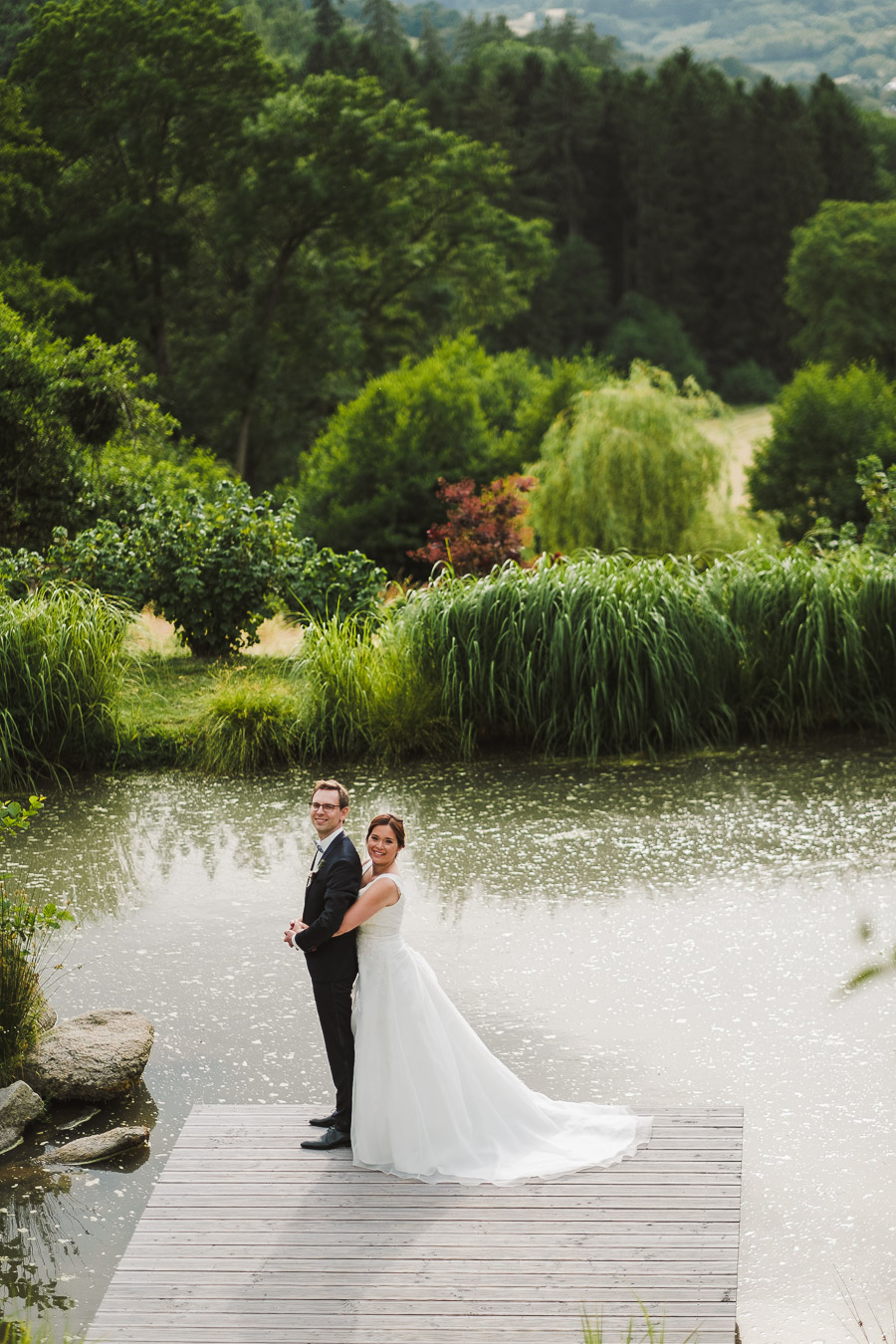 Brautpaar wird am Wasser fotografiert
