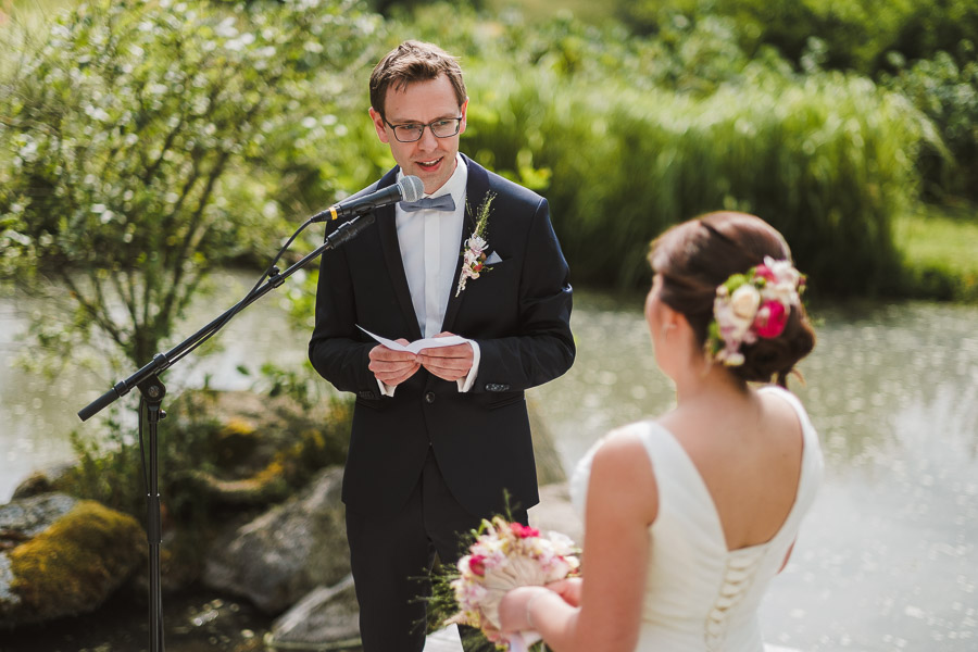 Bäutigam gibt Eheversprechen am Wasser