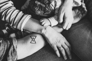 intime familienfotos in schwarz-weiss