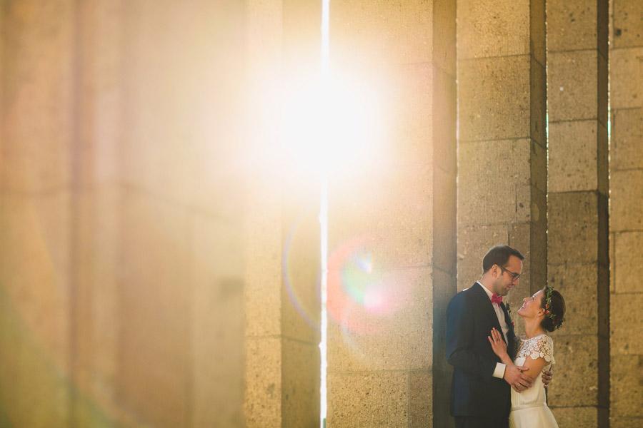 Hochzeitspaar mit Gegenlicht