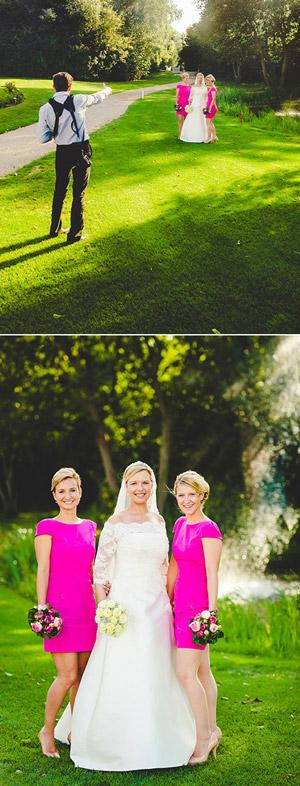 Braut posiert mit Schwestern für das Familienbild