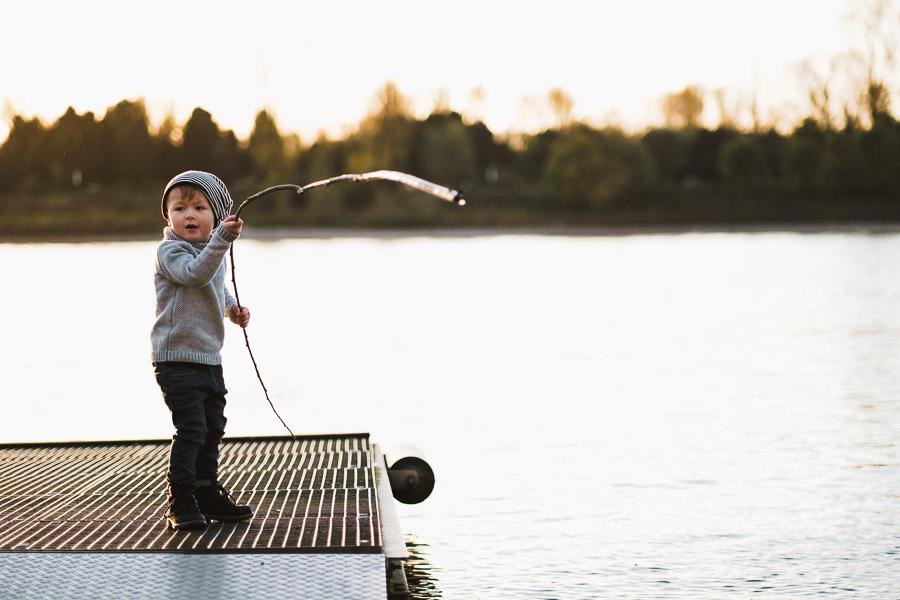 kind spielt am wasser