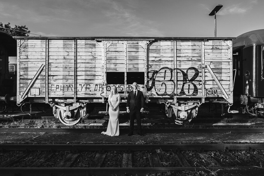 brautpaar vor eisenbahnwagon mit graffiti