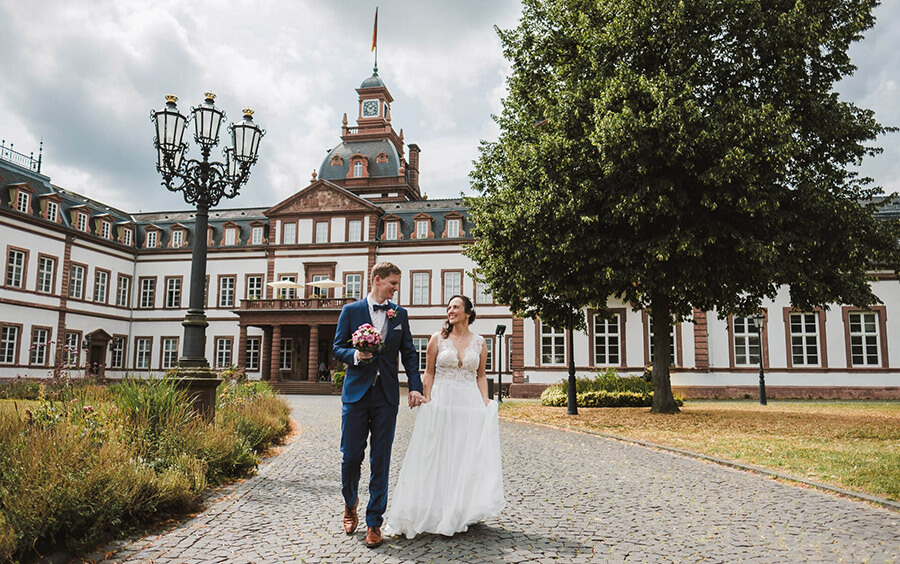 brautpaar vor schloss philippsruhe nachdem sie standesamtlich geheiratet haben